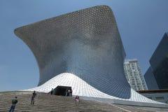 MEXICO - STAD, MEXICO - 2011: Yttersida av Soumaya Museum Museoen Soumaya som planläggs av den mexicanska arkitekten Fernando Rom arkivfoto