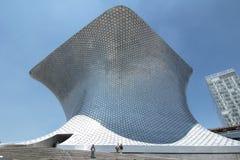 MEXICO - STAD, MEXICO - 2011: Yttersida av Soumaya Museum Museoen Soumaya som planläggs av den mexicanska arkitekten Fernando Rom royaltyfria foton