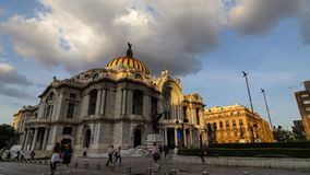 MEXICO-STAD MEXICO - OKTOBER 13, 2015: Bellas Artes i mjuk aftonljustimelapse stock video