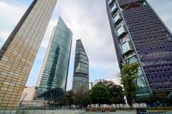 MEXICO-STAD MEXICO, 10 OKTOBER, 2015: Botten-uppsikt till skyscraen Royaltyfria Foton