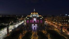 MEXICO-STAD MEXICO - OKTOBER 21, 2015: Timelapse Bellas Artes för flyg- sikt på natten lager videofilmer