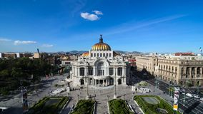 MEXICO-STAD MEXICO - OKTOBER 21, 2015: Timelapse Bellas Artes för flyg- sikt under solig dag lager videofilmer