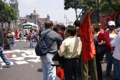 MEXICO - STAD - SEPTEMBER 4, 2008 - personer som protesterar med röda flaggor, Arkivbild