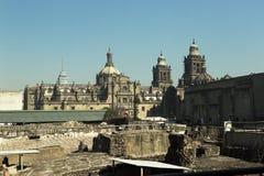 Mexico - stadsdomkyrka och Templo borgmästare Arkivfoto