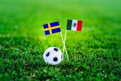 Mexico - Sverige, grupp F, onsdag, 27 Juni fotboll, världscup, Ryssland 2018, nationsflaggor på grönt gräs, vit fotbollbal royaltyfri bild