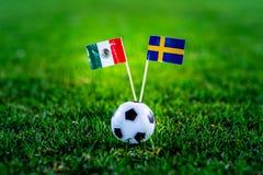 Mexico - Sverige, grupp F, onsdag, 27 Juni fotboll, världscup, Ryssland 2018, nationsflaggor på grönt gräs, vit fotbollbal arkivbild