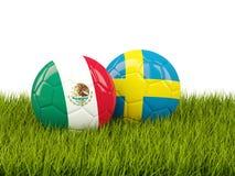 Mexico vs Sverige bollcloseupbegreppet shoes fotbollsporten Fotbollar med flaggor på gräsplan vektor illustrationer