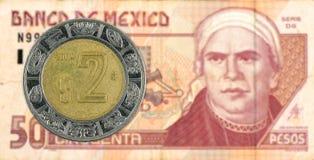 2 mexigan pesomuntstuk tegen 50 Mexicaans pesobankbiljet stock foto