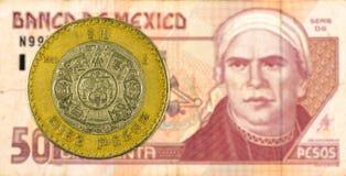 10 mexigan pesomuntstuk tegen 50 Mexicaans pesobankbiljet stock afbeeldingen