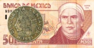 5 mexigan pesomuntstuk tegen 50 Mexicaans pesobankbiljet royalty-vrije stock afbeeldingen