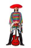 Mexikan i den hållande gitarren för livlig poncho som isoleras på royaltyfri foto