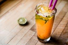 Mexikaner Michelada-Cocktail mit Bier, Kalk, Eis und Gewürzen Lizenzfreie Stockbilder