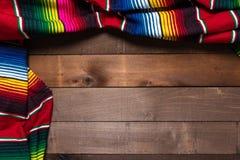 Mexikaner Serape-Decke auf hölzernem Hintergrund Stockfotos