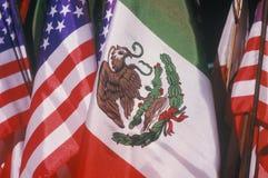 Mexikaner und amerikanische Flaggen am 5. Mai Olvera-Straße, Los Angeles, Kalifornien Stockfotos