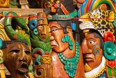 Mexikanhantverk för turister på marknaden Färgrika souvenir, maskeringar av Mayan krigare mexico royaltyfri foto
