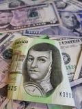 mexikanische Banknote und Hintergrund mit 200 Pesos mit Dollarbanknoten Stockfotos