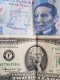 mexikanische Banknote von 20 Pesos und von Dollarschein des Amerikaners zwei, von Hintergrund und von Beschaffenheit Stockfotografie