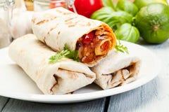 Mexikanische Burritos auf einer Platte Stockfotos