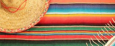 Mexikanische Fiestaponchowolldecke in den hellen Farben mit Sombrero Lizenzfreies Stockfoto