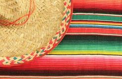 Mexikanische Fiestaponchowolldecke in den hellen Farben mit Sombrero Stockbild
