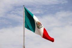 Mexikanische Flagge und blauer bewölkter Himmel Lizenzfreies Stockbild