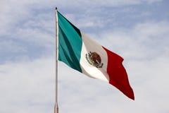 Mexikanische Flagge und blauer bewölkter Himmel Lizenzfreie Stockbilder
