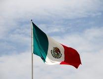 Mexikanische Flagge und blauer bewölkter Himmel Lizenzfreie Stockfotografie