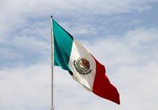 Mexikanische Flagge und blauer bewölkter Himmel Stockbilder