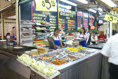 Mexikanische Frau bildet quesadillas Stockfotografie
