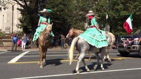 Mexikanische Frauen auf Pferden stock video