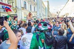 Mexikanische Fußballfane auf der Nikolskaya-Straße stockbild