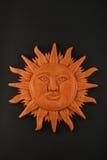 Mexikanische hölzerne geschnitzte Mayasonnensymbolplatte lokalisiert auf Schwarzem Stockbild