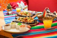 Mexikanische Huhnfajitas mit Soßen Lizenzfreie Stockfotos