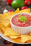 Mexikanische Nachochips und Salsabad Stockfotos