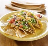 Mexikanische Nahrung - Tacos auf einer Mehrlagenplatte mit Tortillas stockbild