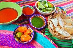 Mexikanische Nahrungsmittelmannigfaltige Paprikasoßen Nachoszitrone stockfotos