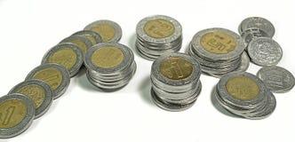 Mexikanische Pesos, Staplungsmünzen von verschiedenen Bezeichnungen auf weißem Hintergrund Stockfotografie