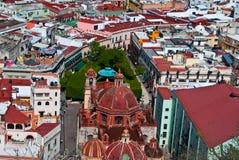 Mexikanische Piazza schwer schattiert mit Bäumen Lizenzfreies Stockfoto