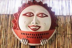 Mexikanische Sonne, die eine Wassermelone, keramische bunte Sonne isst stockbilder