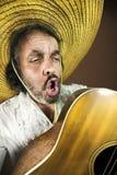 Mexikanische spielende Gitarre und Gesang eines Liedes Lizenzfreie Stockfotografie