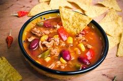 Mexikanische Suppe mit Tacos Stockbilder