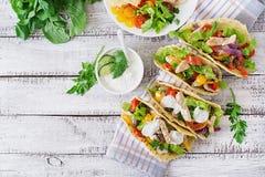 Mexikanische Tacos mit Huhn, schwarze Bohnen und Frischgemüse und Remoulade Stockfoto