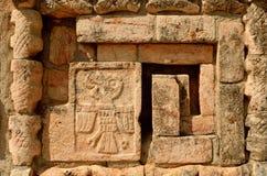 Mexikanische Verzierungen und Symbole auf den Pyramiden des Mayas von Yuc Stockfotos