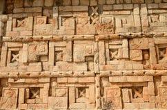 Mexikanische Verzierungen und Symbole auf den Pyramiden des Mayas von Yuc Stockbild