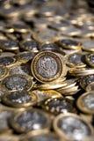 Mexikanische Währung mit vielen mehr Münzen im Hintergrund, vertikal Lizenzfreies Stockfoto