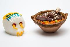 Mexikanische weiße Calaverita De azucar Schokolade und Pollo legen Mole-Süßigkeit herein Stockbilder