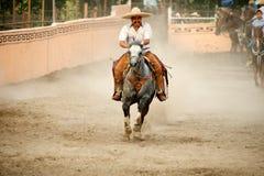 Mexikanischer charros Reiter, der in Ring, TX, US galoppiert Lizenzfreie Stockfotos