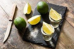 Mexikanischer Goldtequila mit Kalk und Salz auf Holz Stockbilder