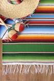 Mexikanischer Hintergrund mit traditioneller Decke und Sombrero Lizenzfreies Stockbild