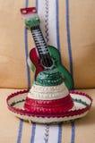 Mexikanischer Hut und Gitarre Stockfotografie